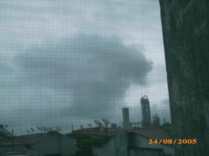 A foto é antiga, de 2005, mas o problema é o mesmo, há 11 anos, a Fábrica de cimento da Votorantim, em Sobral, covardemente, nas madrugadas, lança poluição pelas chaminés quando a população à volta está dormindo.