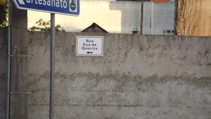É a placa da rua do Eça
