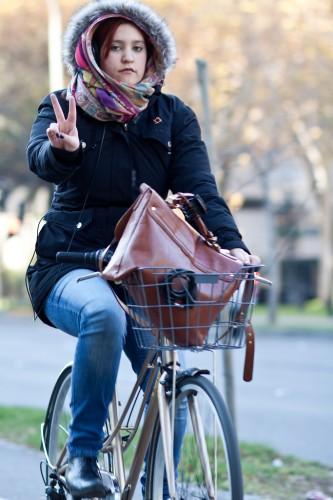 Mulher trafega em sua bicicleta no frio andino de Santiago