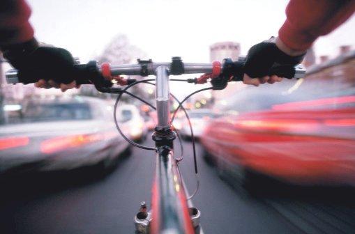 ciclista no congestionamento do trânsito