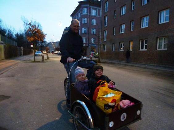 Bicileta e carro de crianças, na Suécia