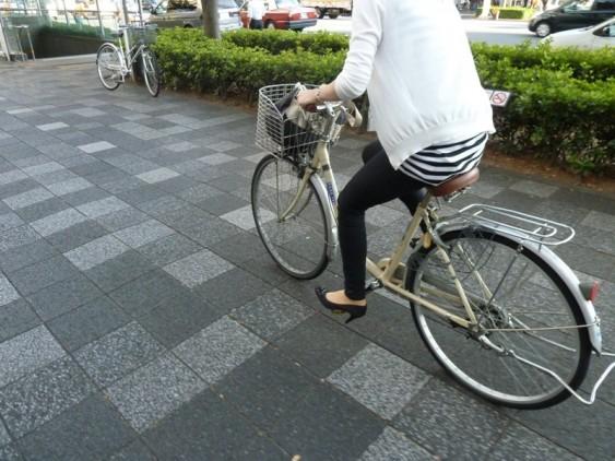 Em Kyoto, Japão, de bicicleta