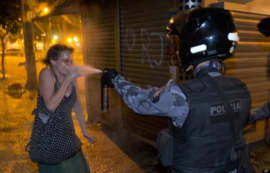 Policial militar do Rio de Janeiro, ataca, covardemente uma manifestante na segunda-feira dia 17.