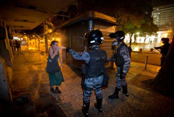 Numa foro mais larga, é possivel avaliar melhor a covardia do ataque do policial militar do Rio contra uma manifestante isolada, na segunda-feira, dia 17
