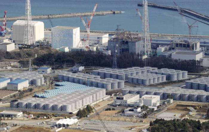 Uma infinidade de problemas: Tanques (primeiro plano), contendo água radioativa e prédios dos reatores (background) no No. 1 usina nuclear de Fukushima fotografados em fevereiro. (KYODO)