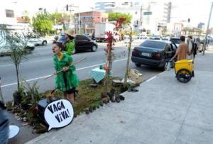 Figura 1 - O espaço público de uso privado pode ser utilizado para outros propósitos?  Fonte: http://vadebike.org/2013/08/zona-verde-parklet-vaga-viva/