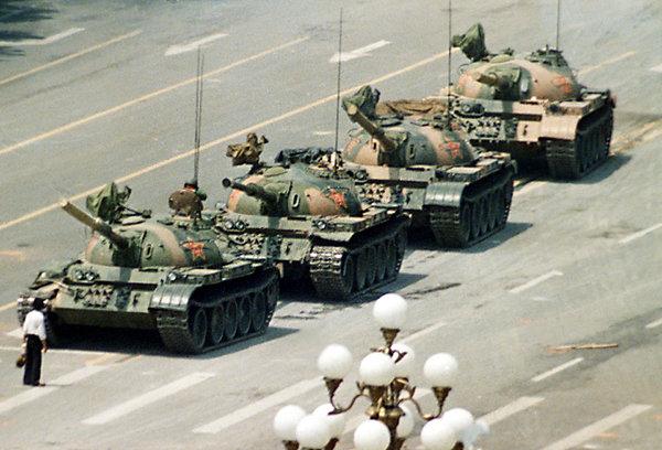 Um isolado estudante que para os tanques na China - praça Tiananmen