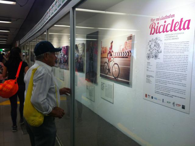 Expo_Por_mi_ciudad_en_bicicleta_en_el_metro_Salto_del_Agua