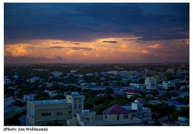 Estava tremendo na cama na minha primeira noite em Mogadíscio quando 3:30 horas da manhã, eu desliguei o ar condicionado. Momentos depois o quarto estava mergulhado numa coisa que lembrava o pior dos área que se pode sentir dentro do metrô de Londres. Levantei-me e andei em volta perguntando-me se seria seguro abrir a porta da varanda.
